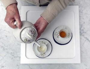 Servir le thé. Photographie Jeanne Sintic